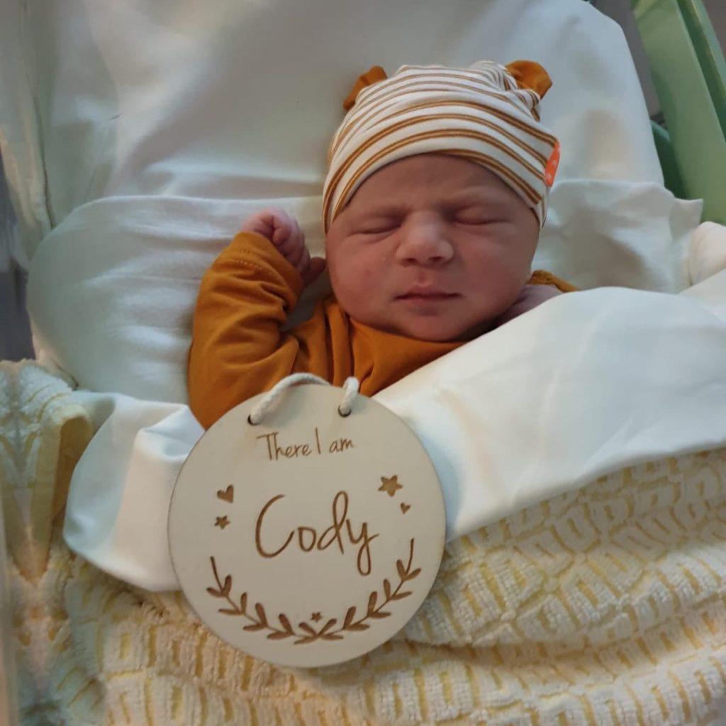 There I am: Cody. Milestone card foto geboorte