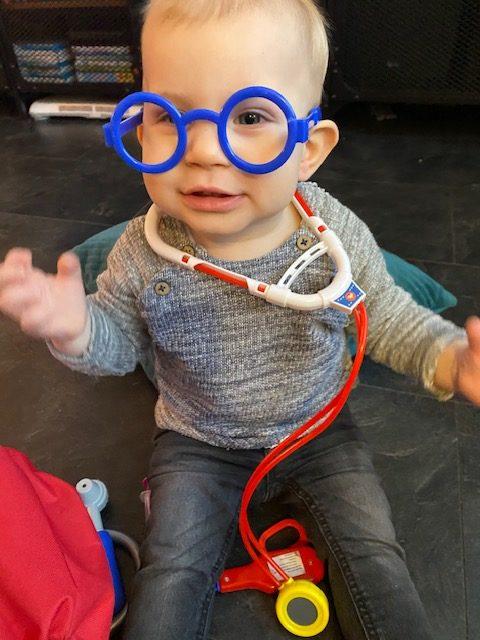 Cody speelt als dokter. Misschien kan hij bijspringen bij de GGD?